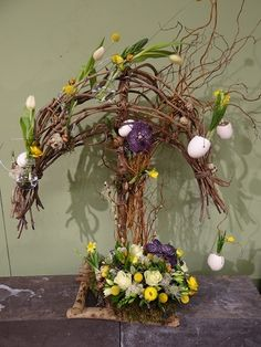 Floral design for Easter Easter Flower Arrangements, Floral Arrangements, Tree Branch Centerpieces, Spring Projects, Spring Design, Arte Floral, Deco Table, Easter Crafts, Dried Flowers