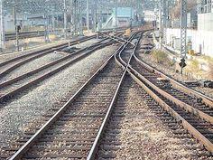 Sistema de bitola dupla da Ferrovia Hakone Tozan, na Estação de Odawara, Kanagawa, Japão.  Fotografia: Fotografia: っ.