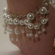 Este brazalete de perlas de cristal de novia es el accesorio perfecto para cualquier estilo de vestido. Los stands que cuelgan de la pulsera son de longitudes diferentes y hacer de este un muy divertido pulsera para llevar en tu gran día!   Longitud: 7.  Esta pulsera está acabada con un corchete de la langosta y no es ajustable.  Hecha de perlas de cristal blanco.   Todos los artículos serán enviados dentro de 1-2 días después de la confirmación de pago.     ¿Buscando un collar para que…