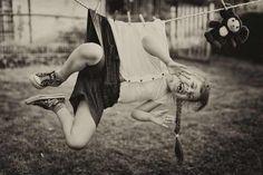 Petite fille en noir et blanc.