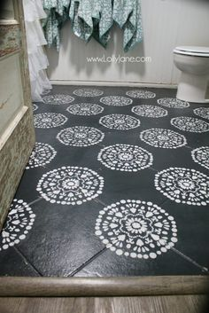 Hate your tile floors? - Lolly JaneSuper affordable bathroom floor makeover solution: how to chalk paint tile floors! So glad I painted my bathroom floors, they look amazing and we spent less than Painting Tile Floors, Painted Floors, Painted Floor Tiles, Paint Tiles, Diy Home Decor For Apartments, Stenciled Floor, Bathroom Floor Tiles, Bathroom Wall, Kitchen Flooring