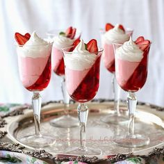 """Postres - Desserts - Jell-O Strawberry Parfait. """"A dessert that is light and pretty and won't harm your waistline. Jello Parfait, Dessert Parfait, Strawberry Parfait, Strawberry Jello, Strawberry Cookies, Dessert Cups, Jello Desserts, Jello Recipes, Just Desserts"""