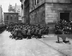 The Free State Army praying during the Requiem for twelve dead soldiers, in Dublin, during the Irish Civil War. Ireland 1916, Dublin Ireland, Ireland Travel, Stock Pictures, Old Pictures, Old Photos, Kneeling In Prayer, World Conflicts, Images Of Ireland