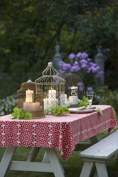 Candles in birdcages on a covered picnic table Decoration Shabby, Decoration Table, Gazebos, Bird Cages, Deco Table, Home And Deco, Outdoor Entertaining, Wedding Centerpieces, Birdcage Centerpieces