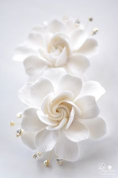 Next day delivery high end gardenia vines and blooms for sale, perfect for luxury gifts, home floral arrangements, and special occasions decoration. Fondant Flowers, Clay Flowers, Sugar Flowers, My Flower, White Flowers, Flower Art, Paper Flowers, Beautiful Flowers, Diy Garden