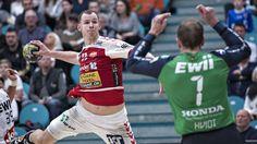 Aalborg Håndbolds Simon Hald Jenseni duel med KIF Kolding Københavns Kasper Hvidt.