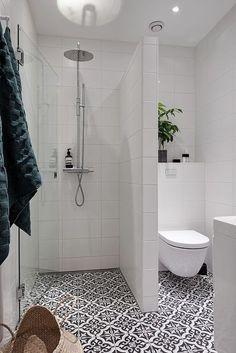 Vägg mellan duschen och toaletten