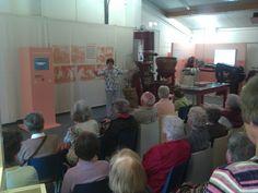 Eine Besuchergruppe zu Gast im Bonbon-Museum. Gespannt wird dem Vortrag gelauscht.