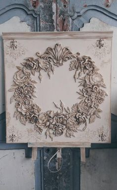French décor panel with floral wreath ornaments - This beautiful French Decor wall board I made with great love of flowers of clay and made a wreath - French Decor, French Country Decorating, Decor Crafts, Diy And Crafts, Arts And Crafts, Decoupage, Egg Carton Crafts, Ornament Tutorial, Wreath Tutorial