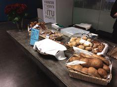 Leipomotuotteiden irtomyyntiä Kulinaaritalossa