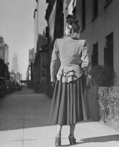 A photo of the back view of a wonderfully stylish 1930s outfit. #vintage #fashion #1930s