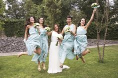 Novia con vestido de Rosa Clará y damas de honor con vestidos en azul pastel {Foto, Kiss me Frank} #bridesmaids #damasdehonor #tendenciasdebodas