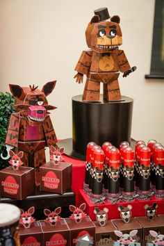 FNAF BIRTHDAY PARTY. Boxes and animatronics made by design 5. Www.elo7.com.br