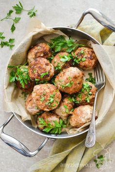 Klopsy z suszonymi pomidorami         Składniki :   500g mielonego mięsa wieprzowego,  4-6 szt suszonych pomidorów,  cebula,  czerstwa...