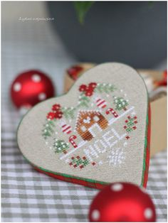Noel heart made by Dovilé. Free chart by  Balades-et-broderies-par Carmela here http://balades-et-broderies.over-blog.com/article-coeur-de-noel-110716690.html