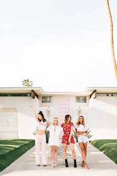here are 10 things to do in Palm Springs that will make great Insta stories, in case you're planning on visiting California's mid-century paradise. Palm Springs Fashion, Palm Springs Style, Palm Springs California, Southern California, Coachella, Spring Girl, Spring Photography, Hotels, Spring Photos