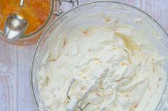 Met een frisse Sinaasappelvulling met slagroom en mascarpone kun je menig taart voorzien van een verrukkelijke vulling of een cupcake een mooie toef geven.