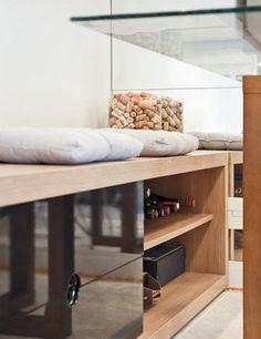 Encostados na parede e somando 3,60 m de largura, os dois racks são curingas. Servem de assento – por isso os futons sobre os móveis – e guardam aparelhos de som e imagem, além de livros e garrafas de vinho. Racks, O Bolonha (1,80 x 0,45 x 0,50 m), de MDP, tem gavetas de MDF com acabamento brilhante, na Etna, 10 x R$ 89,99 cada.