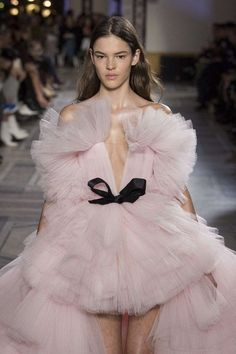 Ideas For Fashion Week Catwalk Haute Couture Fashion Week, Look Fashion, Runway Fashion, Trendy Fashion, Fashion Models, High Fashion, Fashion Show, Fashion Design, Style Haute Couture
