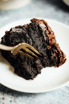 Best gluten free chocolate cake- made with sweet potato and avocados! An easy paleo birthday or celebration cake that is moist and delicious. Paleo for beginners. Easy Desserts, Dessert Recipes, Diet Recipes, Paleo Cake Recipes, Vegan Desserts, Paleo Recipes Easy Quick, Mexican Desserts, Dessert Bars, Cooking Recipes