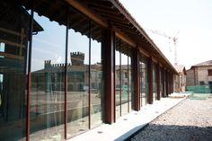 Lo spazio è caratterizzato da ampie e luminose vetrate a tutta altezza #architettura  #design #uffici