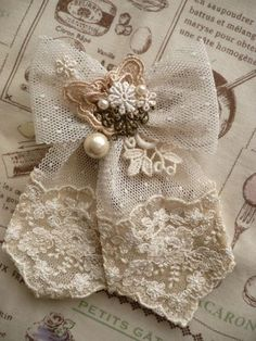 43 Super ideas for shabby chic fabric flowers projects Shabby Chic Flowers, Shabby Chic Fabric, Shabby Chic Crafts, Vintage Crafts, Lace Flowers, Shabby Vintage, Bedroom Vintage, Fabric Brooch, Fabric Roses