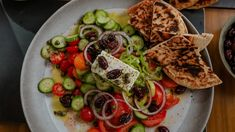Salade grecque (horiatiki salata) | Mordu Chefs, Pain Pita, Olives, Vegetable Pizza, Salads, Lunch, Vegetables, Desserts, Dressing