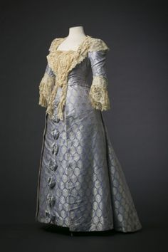 Lilac dress in silk satin House of Worth. ca 1895 Material: silk, cotton and horsehair