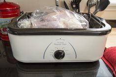 Electric Turkey Roaster Cooking Tips. Using an electric turkey roaster frees up oven space when you are making a holiday dinner. In a roaster, the turkey cooks best when left alone, giving you more time to cook other dishes and spend time with family and Cook Turkey In Roaster, Turkey In Electric Roaster, Electric Roaster Ovens, Turkey In Oven Bag, Electric Oven, Thanksgiving Turkey, Thanksgiving Recipes, Thanksgiving Punch, Hosting Thanksgiving