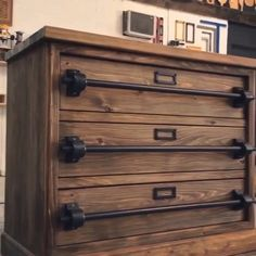 Step by step instructions, and a cut list and list of tools needed to build this Rustic Chest of Drawers videos furniture Could it be this EASY? Diy Furniture Videos, Diy Furniture Plans, Furniture Projects, Rustic Furniture, Furniture Makeover, Wood Projects, Furniture Design, Furniture Legs, Barbie Furniture