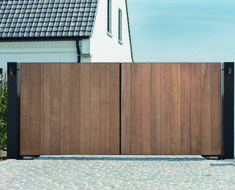 #pouleyn #thermowood #houten #massiefbouwpoort #poort #pouleynpoort #hoogstaand #architectuur #hout #tuinpoort Driveway Landscaping, Driveway Gate, Fence Gate, Fences, Wooden Gate Designs, Wooden Gates, House Fence Design, Home Stairs Design, Metal Grill