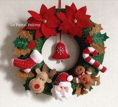 Guirlanda de Natal em feltro com Papai Noel, rena, meia, doce, biscoito de gengibre e flores natalinas. Com detalhes de guizos, botões e fitas.