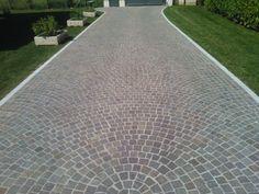 Pavimentazione in #porfido realizzata a cubetti ad arco contrastante. www.goldenstonesrl.com