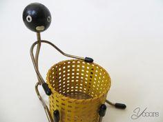 Sigaretten houder -- Aangeboden door yooors.nl. --------------------------------------- De sigarettenhouder heeft de vorm van een mannetje met een gele mand.