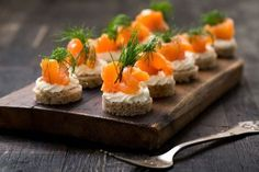 Lachs-Canapés Looks great, tastes wonderful and is very easy to make: recipe for salmon canapés with cream cheese. Party Finger Foods, Snacks Für Party, Party Canapes, Canapes Salmon, Party Buffet, Brunch Party, Easy Food To Make, Food Humor, Salmon Recipes