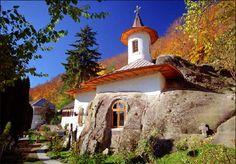 Mănăstirea Nămăiești, Argeș. Biserica sapată în piatră, atestată documentar din 1386, se află peste drum de casa memorială George Topârceanu, la doar 5 km de Câmpulung.