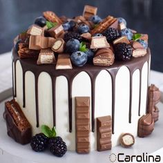 74 Delicious Desserts for American Nations. american desserts for christmas; american desserts for thanksgiving; american desserts for a crowd Food Cakes, Cupcake Cakes, Bolo Grande, Bolos Naked Cake, Cake Decorating Techniques, Easy Cake Decorating, Decorating Ideas, Drip Cakes, Fancy Cakes
