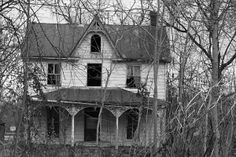 An old once beautiful left to fall apart house