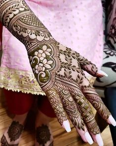 People having interest in fashion are much inclined towards the mehndi designs. If you are among beginners and love to try out different mehndi patterns and motifs then these easy mehndi designs are just perfect for you. Arabic Bridal Mehndi Designs, Engagement Mehndi Designs, Khafif Mehndi Design, Full Hand Mehndi Designs, Indian Mehndi Designs, Henna Art Designs, Mehndi Designs 2018, Stylish Mehndi Designs, Mehndi Design Photos