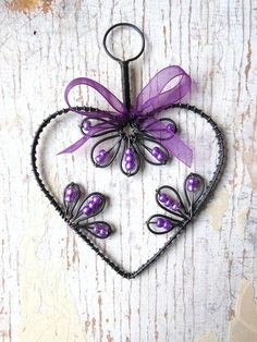 Wrapped wire heart and beads Wire Crafts, Metal Crafts, Jewelry Crafts, Diy And Crafts, Wire Wrapped Jewelry, Wire Jewelry, Jewellery, Wire Ornaments, Schmuck Design