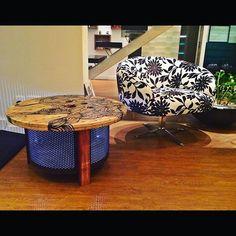 Mesa Luminária Massa Feita com tambor de aço inóx de máquina de lavar roupa pintado com tinta eletrostástica marrom(Aço Corten), tampo de carretel com grafismo da Artista Plastica Fernanda Reis Machado e pé feito de madeira nobre. Iluminação interna.  Medidas: 70cm x h50cm    www.designzero5.com    https://www.facebook.com/Design-Zero5-900721836697242/