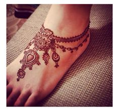 This sleek mehendi design on the feet will look like you are wearing an anklet! #mehendidesigns #wedfine