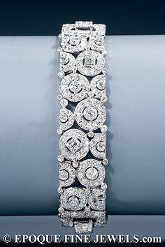 CARTIER  A Art Deco magnífico brazalete de diamantes  de un inusual diseño geométrico de círculos y cuadrados, creado con el corte baguette, corte recto, corte único y viejos diamantes de corte europeo, montado en platino,  París, circa 1928-1930