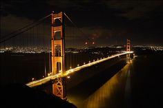 Golden Gate Bridge in San Francisco at night - Places to Visit in California San Francisco Bridge, San Francisco At Night, Ponte Golden Gate, Golden Gate Bridge, Bridge Wallpaper, City Wallpaper, Hd Desktop, Desktop Wallpapers, Photo Wallpaper