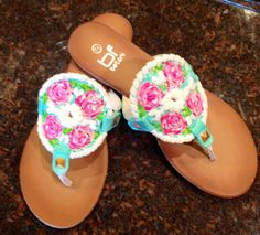 Jack Rogers inspired sandals with Lilly pulitzer like design Preppy Girl, Preppy Style, My Style, Loafer Sneakers, Heeled Loafers, Heels, Pretty Shoes, Cute Shoes, Shoe Room