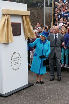 Queen Elizabeth II Photos - Queen Elizabeth II unveils a commemorative plaque before re-boarding the steam locomotive 'Union of South Africa' on the day she becomes Britain's longest reigning monarch on September 09, 2015 in Edinburgh, Scotland. Today, Her Majesty Queen Elizabeth II becomes the longest reigning monarch in British history overtaking her great-great grandmother Queen Victoria's record by one day. The Queen has reigned for a total of 63 years and 217 days. Accompanied by her…