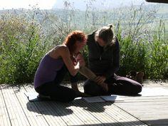 Martine en Jose in overleg op het yoga platform
