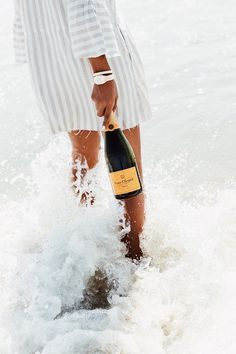 Champagne and the beach Photo Chateau, Wine Photography, Veuve Clicquot, Flirt, Foto Pose, Summer Aesthetic, Summer Of Love, Belle Photo, Summer Vibes