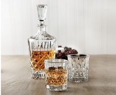 This stunning Dublin carafe set was made for scotch lovers. Designed in durable glass and exquisitely cut, it's both a pleasure to use and admire when on display. Complete with one carafe and two glasses, this elegant collection serves as a great addition Birthday Gift For Hubby, Gifts For Hubby, Boxing Day, Carafe, Fruit Et Passion, Dublin, Brie Baker, Multi Luminaire, Bouclair