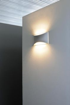 L 39 esterno di una casa illuminato con luci led a pavimento e in applique illuminazione led per - Lampade da parete design ...